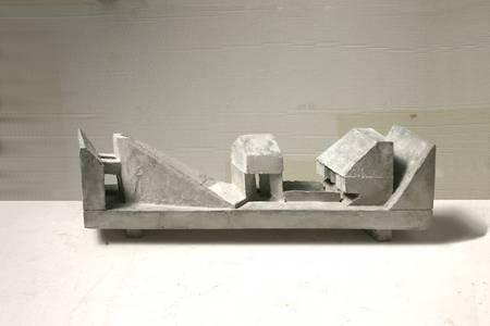 Grieshaber, Liegende Figur, Beton
