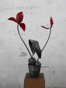 Bruno Feger, Tulpen im Topf, Stahl/Farbe