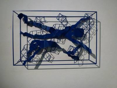Cage (Liegende Figuren/blau), Edelstahl/Farbe, 2017, B 81 cm