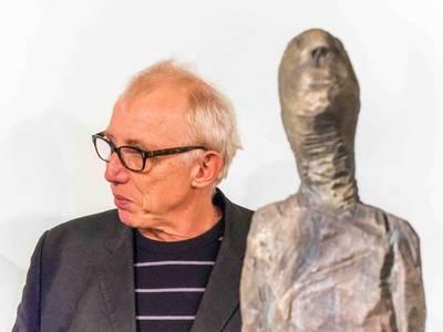 Walter Schembs mit Stele