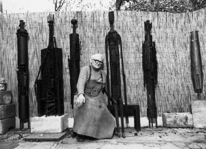 Hermann Tomada vor dem Atelier