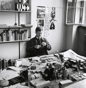 Helmut Lortz an seinem Arbeitsplatz im Saustall um 1970
