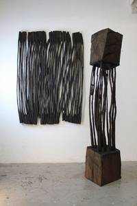 O.T. (Wandarbeit), Holz geschwärzt, 2007, 40x37 cm / O.T. Holz geschwärzt, 2016, H 167 cm