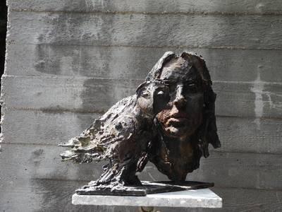 Harpyie und Porträt, Bronze