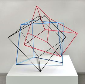 A. Lincke-Zukunft, Verschränkte Kuben, Holzstäbe rot blau schwarz, 2008